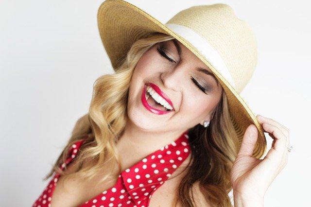 hezká holka v klobouku