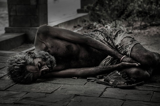 pantofle před bezdomovcem