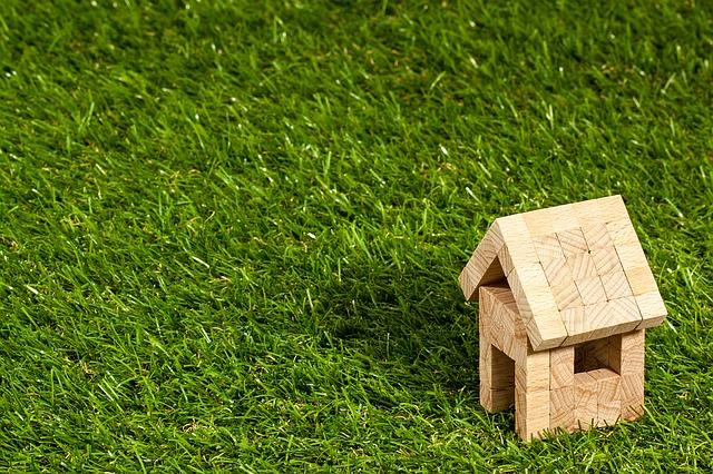domek v trávě
