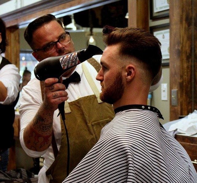 muž u kadeřníka