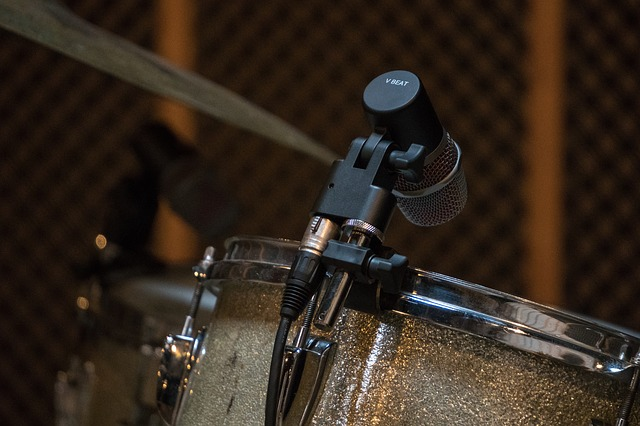 mikrofon na bubnu