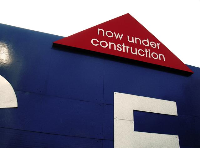 """nápis v červeném poli """"Probíhající stavba"""""""